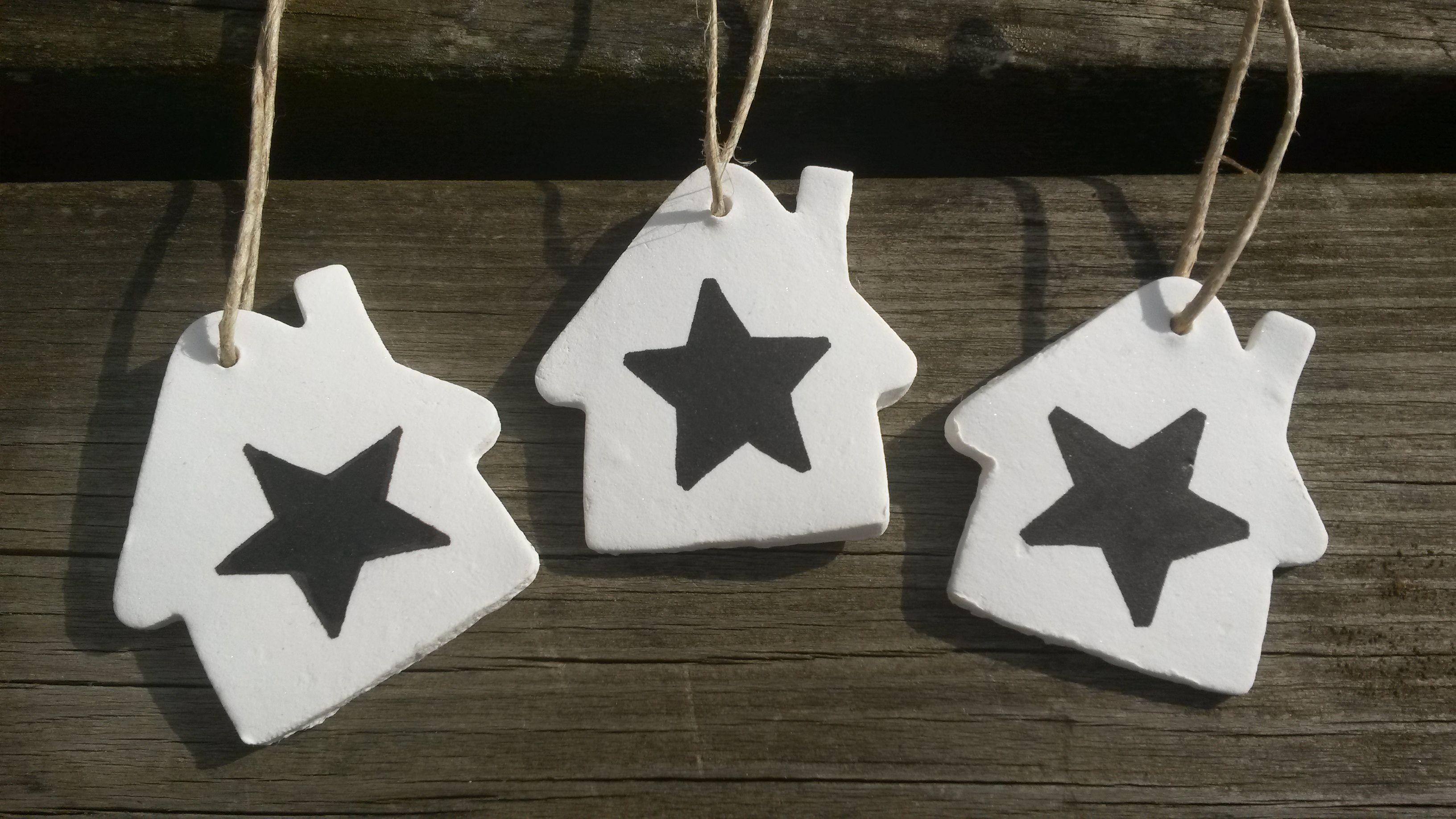 Huisjes van klei handgemaakt met zwarte ster. Mooi in de kerstboom, aan een mooie tak of op een cadeautje!