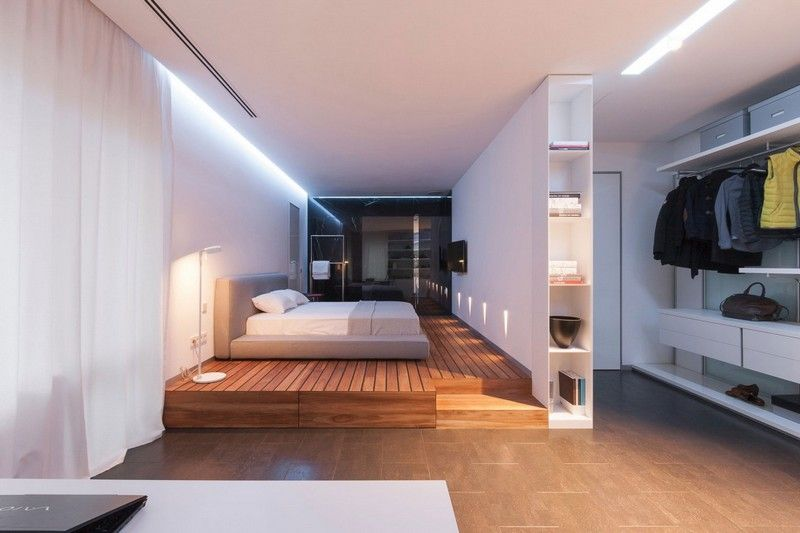 Modernes Schlafzimmer mit Massivholzboden und begehbarem