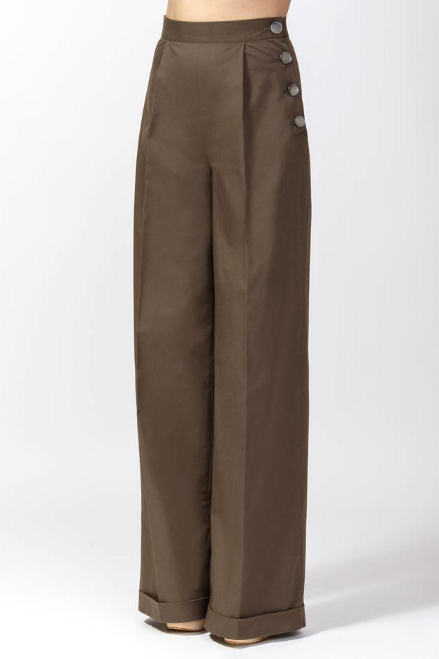 Unsere Klassiker-Bundfaltenhose mal in sommerlicher Variante aus Baumwolle und mit  quadratischen Perlmutt-Knöpfen aus der  Makassarmuschel: braune weite,taillenhohe Bundfaltenhose mit einer...