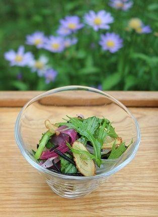 「畑の間引き菜とひじき、ごぼうのサラダ」。 赤く見えるのは紫玉ねぎ。 軽く蒸して梅酢をふりました。 ごぼうはスライスして素揚げ。 チップスにするとカリッとした食感と香ばしさがアクセントになります。 全体をまとめるのはひじき。 必ずご膳のどこかには海藻を加えます。