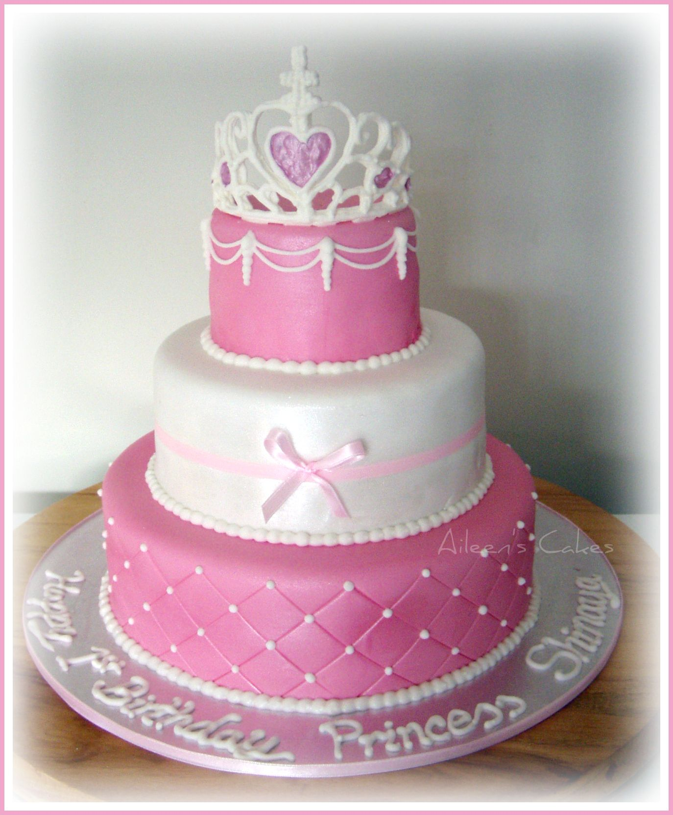 Two Layer Circular Vanilla Cake With Fondant