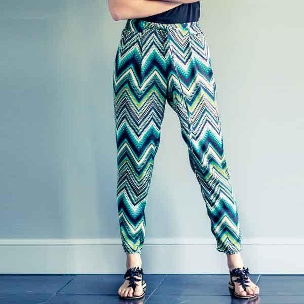 Zelf een dames taps toelopende elastiek broek maken? Bestel het Knipmode naaipatroon, ontvang het patroon thuis per post en ga direct aan de slag!