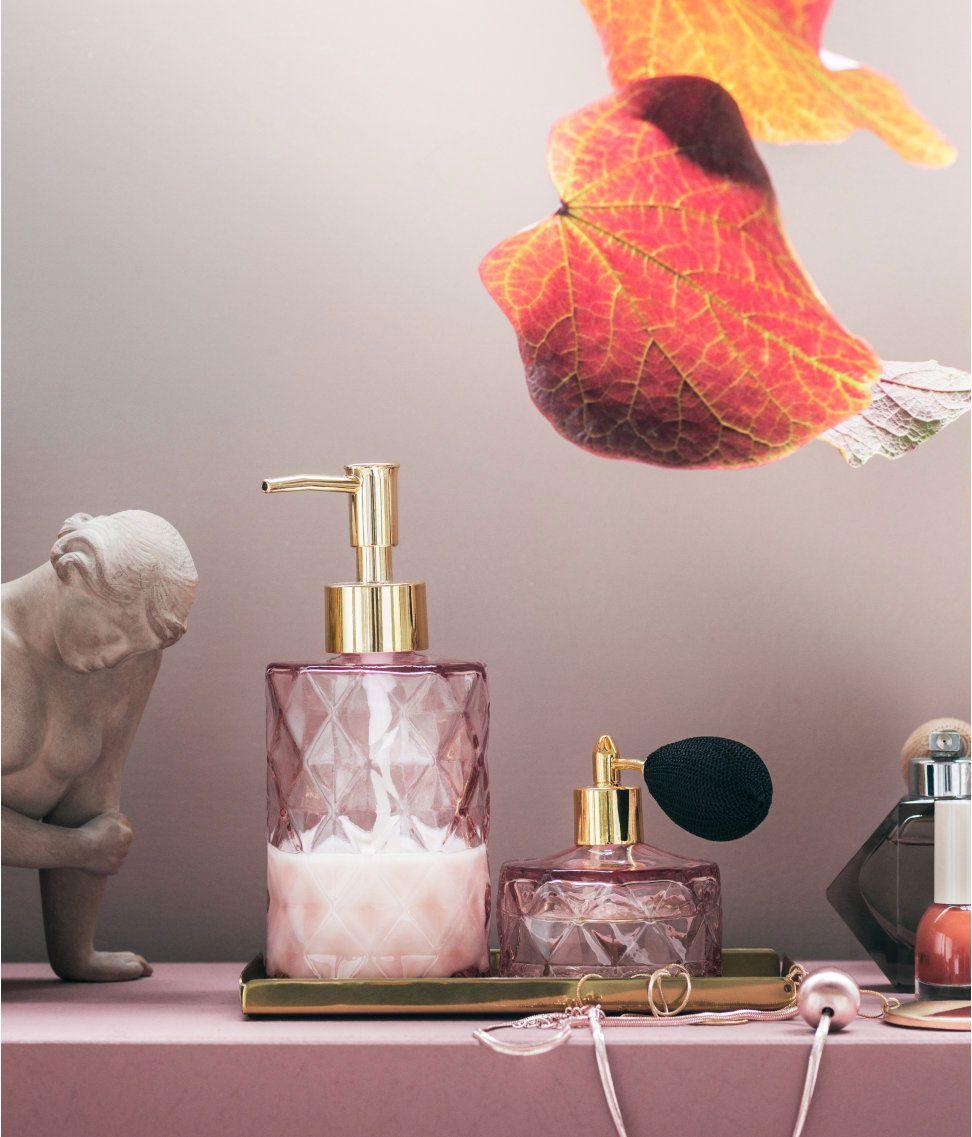 10 Wohnideen Fur Ein Tolles Badezimmer Mit Wohlfuhlfaktor Parfumflakons Aus Glas Seifenspender Und Tolle Badezimmer