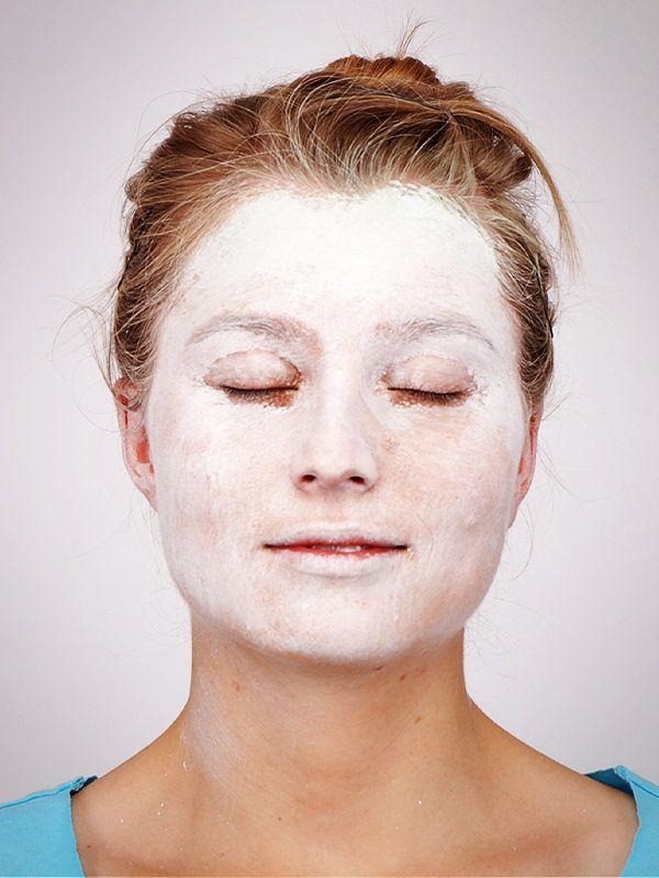 Hexe schminken für #Halloween...Step 1: Gesicht Weiß schminken (wichtig: Darunter eine dicke Schicht Feuchtigkeitscreme auftragen)