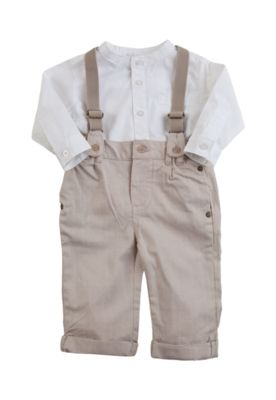 O Conjunto Tip Top Batizado é composto por camisa branca e calça bege 8de7f3c0e35