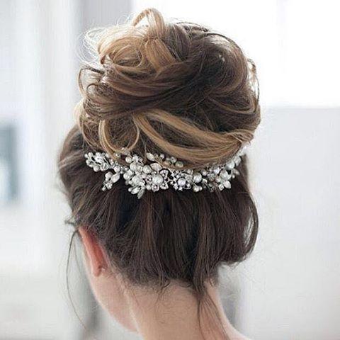 Tendência *COQUE* *ALTO*  No nosso site temos várias ideias!  - Check some Hair Bun on our site: - - www.WeddingIdeasBrides.com - - ❤ LINK NA BIO ❤