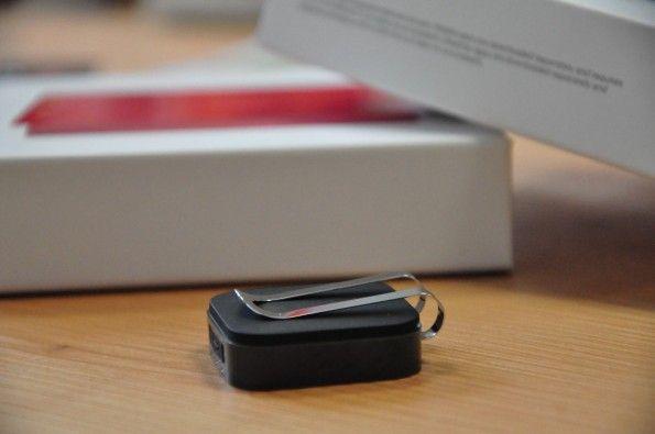 Datenschutz ade ... mit der Spange auf der Rückseite lässt sich der Clip an der Kleidung befestigen. (Foto: t3n)
