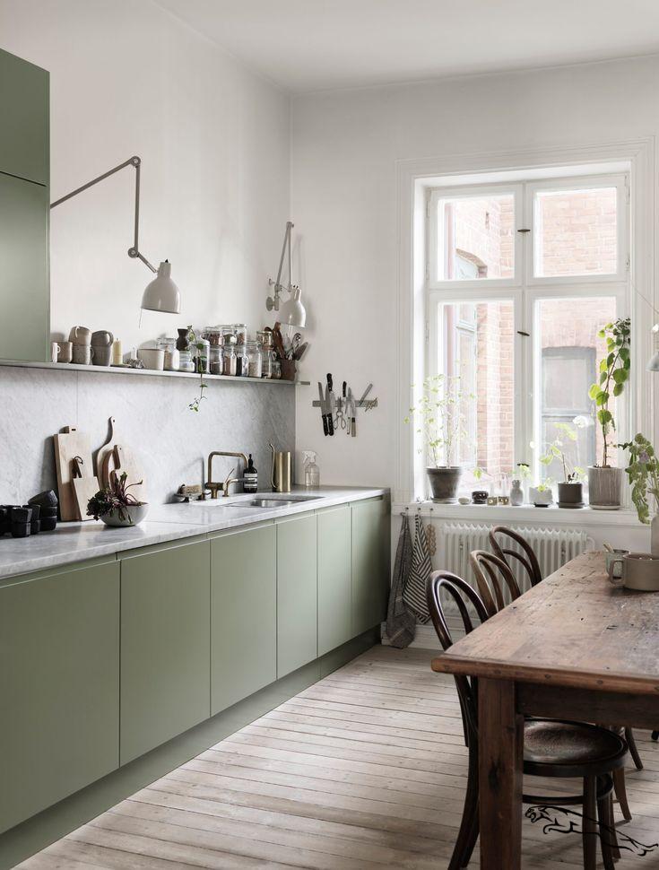 Cuisine Moderne Dans Maison En Pierre: Cuisine Avec Armoires Vert Clair Dans Une Maison