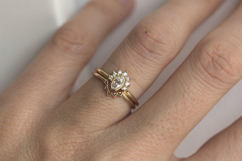 0 3 Karat Ovaler Diamantring Mit Halodiamantkrone Diamantring Mit Krappenfassung Zarter Verlobu In 2020 Oval Diamond Ring Diamond Crown Ring Delicate Engagement Ring
