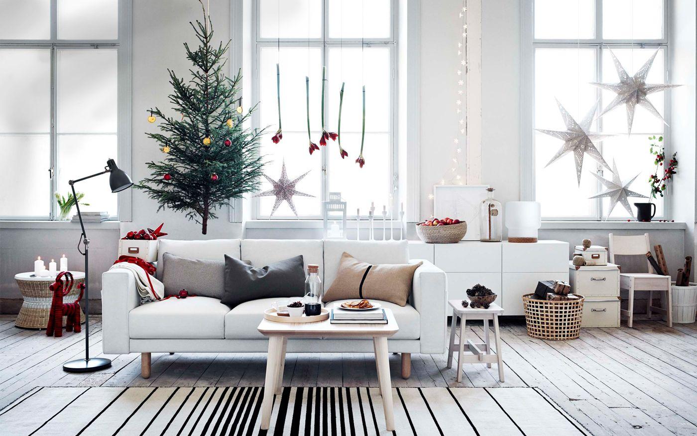 Ett julpyntat vardagsrum med soffan IKEA NORSBORG i fokus ...