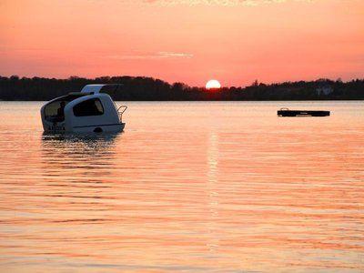 Ya es posible acampar en el agua gracias a una caravana-barco
