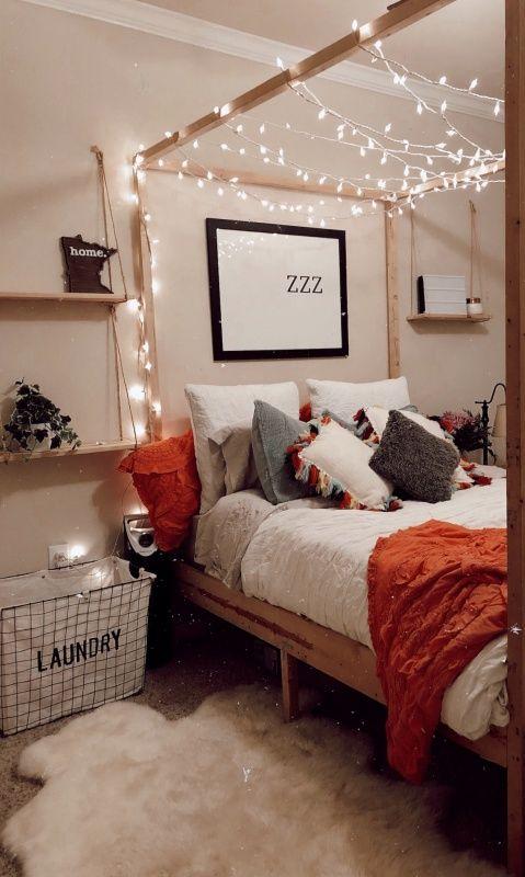 une guirlande lumineuse suspendue sur un mur blanc decor. Black Bedroom Furniture Sets. Home Design Ideas