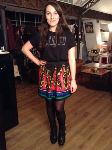 Audrey en t-shirt Florette Paquerette, Jupe JCDC et bracelet Ursul