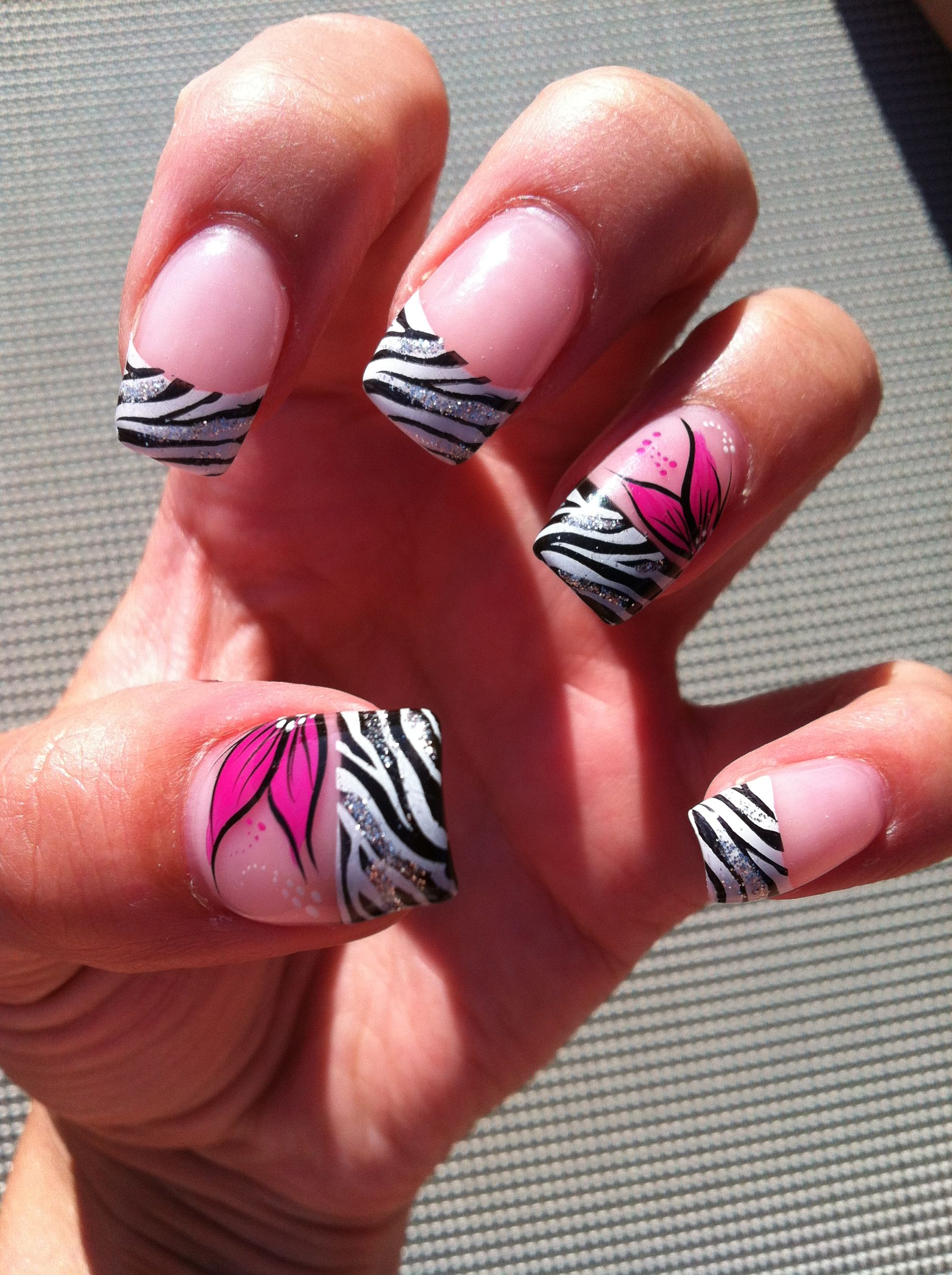 Zebra Nägel mit Pinker Blume | Styling & Nails | Pinterest | Style nails