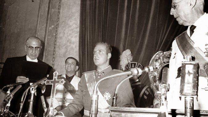 Búscame en el ciclo de la vida: Juan Carlos de Borbón jura lealtad a Franco y a lo...