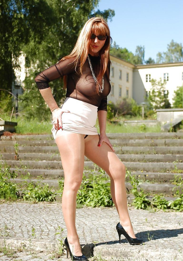 Milf kurze Haare Sandalen Beine Tattoos