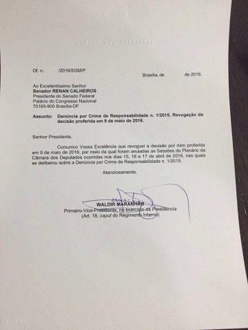 Por  Reinaldo Azevedo        Num documento de apenas quatro linhas, o fanfarrão Waldir Maranhão (PP-MA), presidente interino da Câmara, revogou a sua própria decisão, que havia anulado as sessões da Câmara dos dias 15, 16 e 17 de abril, justamente aquelas em que nada menos de 367 deputados haviam decidido autorizar o Senado a abrir o processo de impeachment contra a presidente Dilma, o que deve acontecer na quarta-feira. No dia seguinte, aquela senhora, finalmente, desocupará o Palácio do…