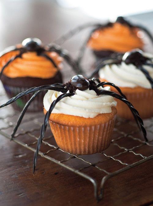 Garnir les cupcakes de glaçage à la vanille ou à l'orange. Pour les pattes de l'araignée, tailler de longs quartiers de réglisse noire torsa...