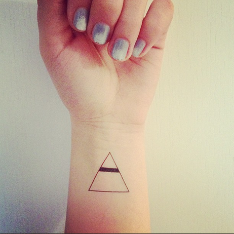 Pingl par hugo le normand sur tattoo tatouage triangle for Minimal significato
