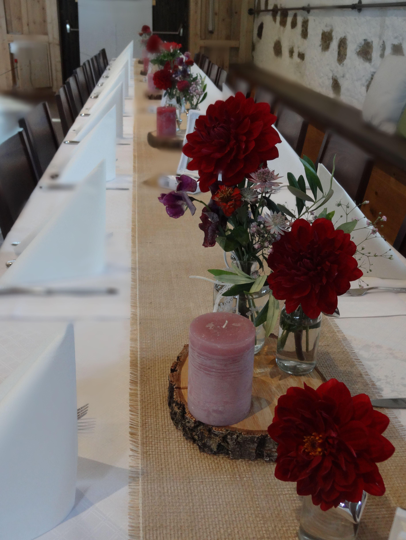 Tischdekoration Im Vintage Style Mit Vasen Gefüllt Mit Roten Dahlien Www Blumenwe Tischdekoration Hochzeit Blumen Dekoration Hochzeit Tischdekoration Hochzeit