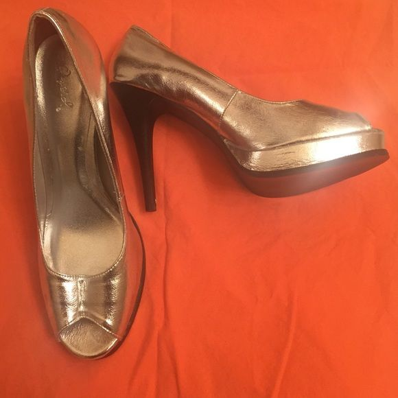 Open toe Silver high heels by Quipid Open toe silver heel by Qupid.a bit of loose thead on the left heel , shown inthe last picture- but still in good condition. Qupid Shoes Heels