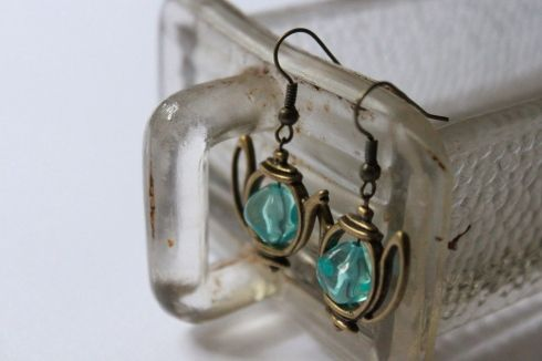 Vintage Bronze Verspielter Teekanne Ohrringe mit Klaren Blauenperlen