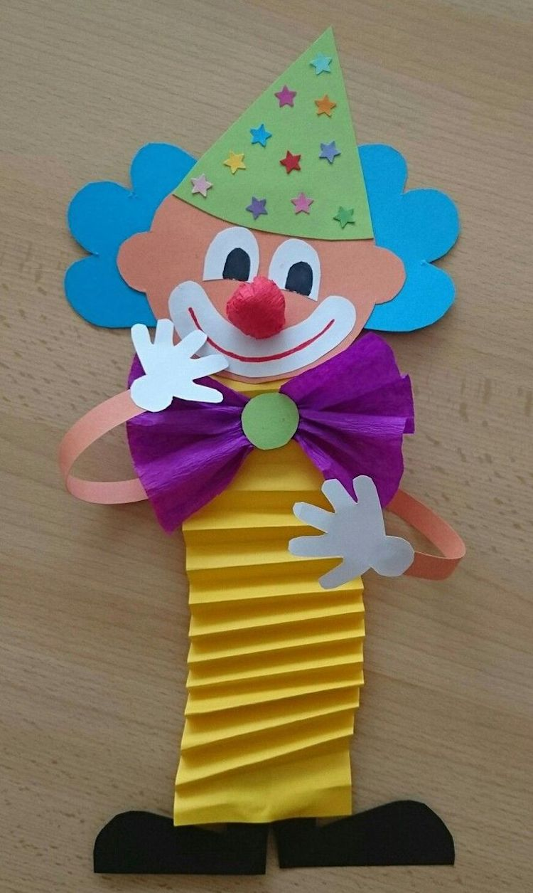 Photo of Clown tinker with children from construction paper, toilet rolls, paper plates and Co.