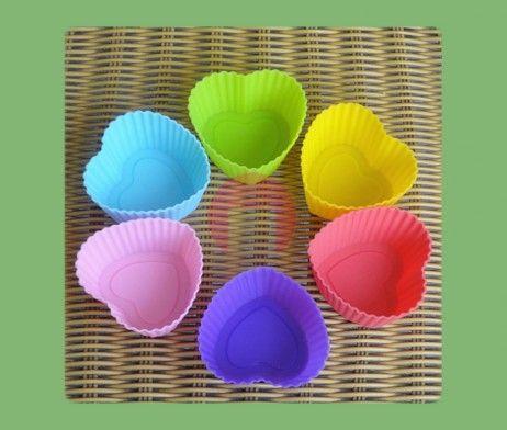 SRDÍČKA, 12 ks - Silikonové košíčky ve tvaru srdíčka jsou vynikající pro přípravu originálních domácích muffinů, pudingů, ovocných a tvarohových želé a jiných pokrmů.  Formičky drží u pečených nebo chlazených pokrmů tvar, košíčky nepřipalují, pokrmy se nelepí a lze je snadno vyklopit.  Košíčky jsou vyrobené ze žáruvzdorného silikonu, odolné od -40 do +230 °C. Jsou určeny pro opakované pečení ve všech typech trub včetně mikrovlnné, vhodné do ledničky, mrazničky a do myčky na nádobí.