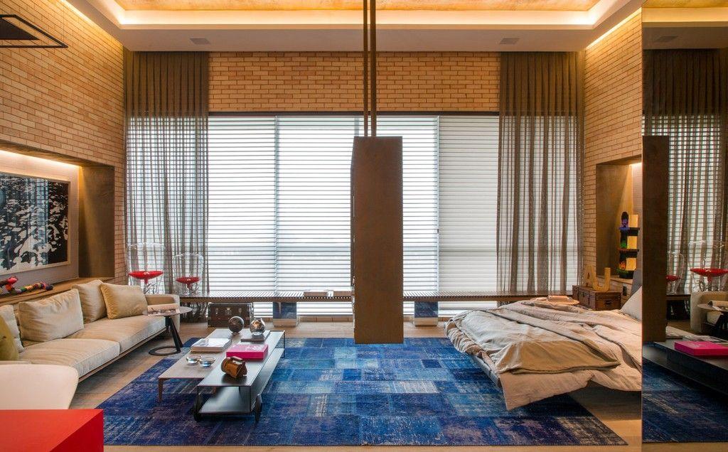 Para quê parede se uma estante pode dividir a sala do quarto? Projeto: Ana Lila Denton e Juarez Fa (créditos: Casa Cor Rio de Janeiro/Divulgação)
