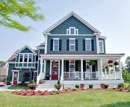 holzhaus mit blauer fassade wei en absetzungen und dunkelblauen fensterl den den gewissen. Black Bedroom Furniture Sets. Home Design Ideas