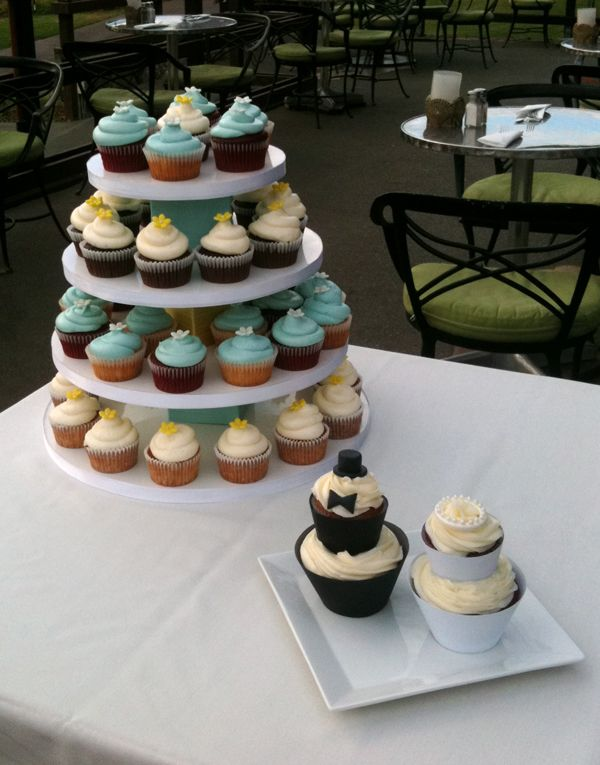 Bride and groom specialty cupcakes by @cakefanatics  #mauiweddingcakes #weddingcupcakes #brideandgroomcakes  www.cakefanaticsmaui.com