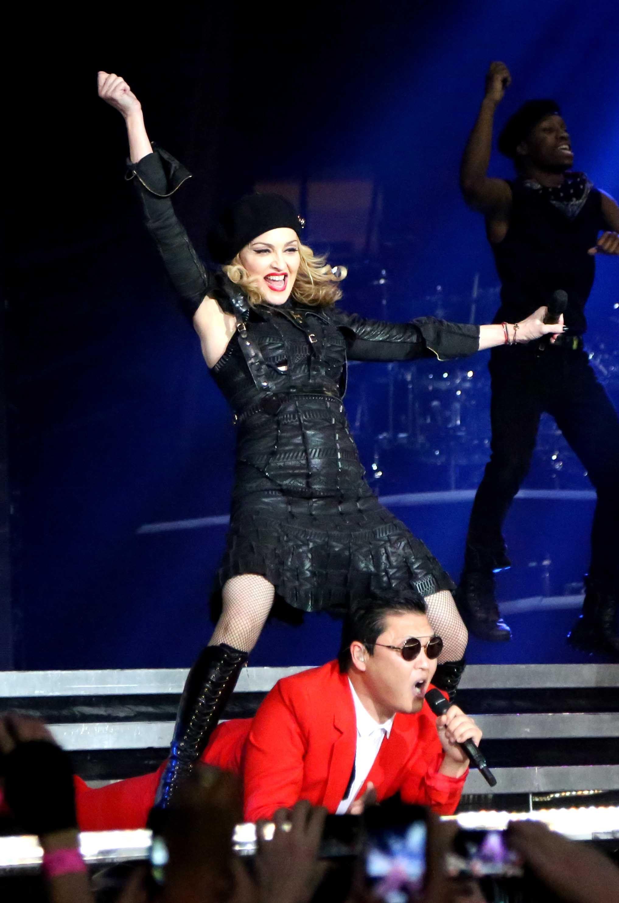 """Madonna tuvo un invitado especial en su concierto del martes por la noche en Nueva York.    El astro del pop coreano PSY acompañó a la superestrella estadounidense durante su segundo concierto de la semana en el Madison Square Garden, y juntos bailaron al ritmo de sus megaéxitos """"Gangnam Style"""" y """"Music"""" ante casi 20 mil espectadores."""