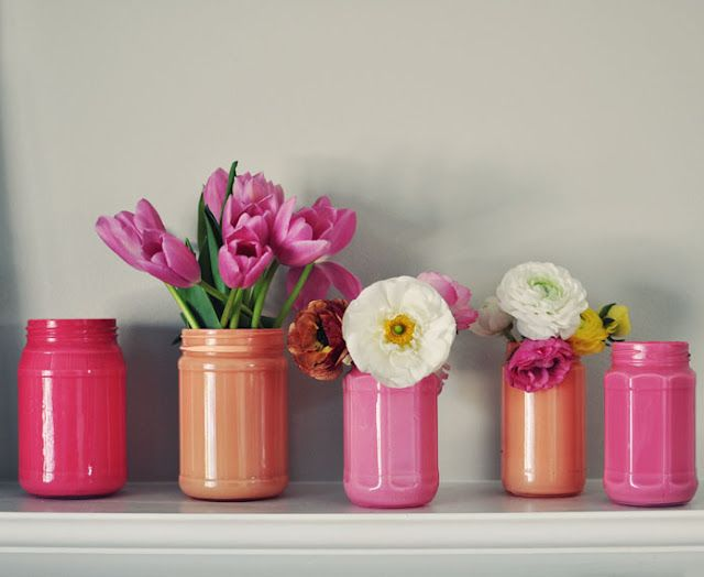 Pretty DIY: painted jam jars become vases! Use a paper cup or similar inside to prevent the paint from peeling...