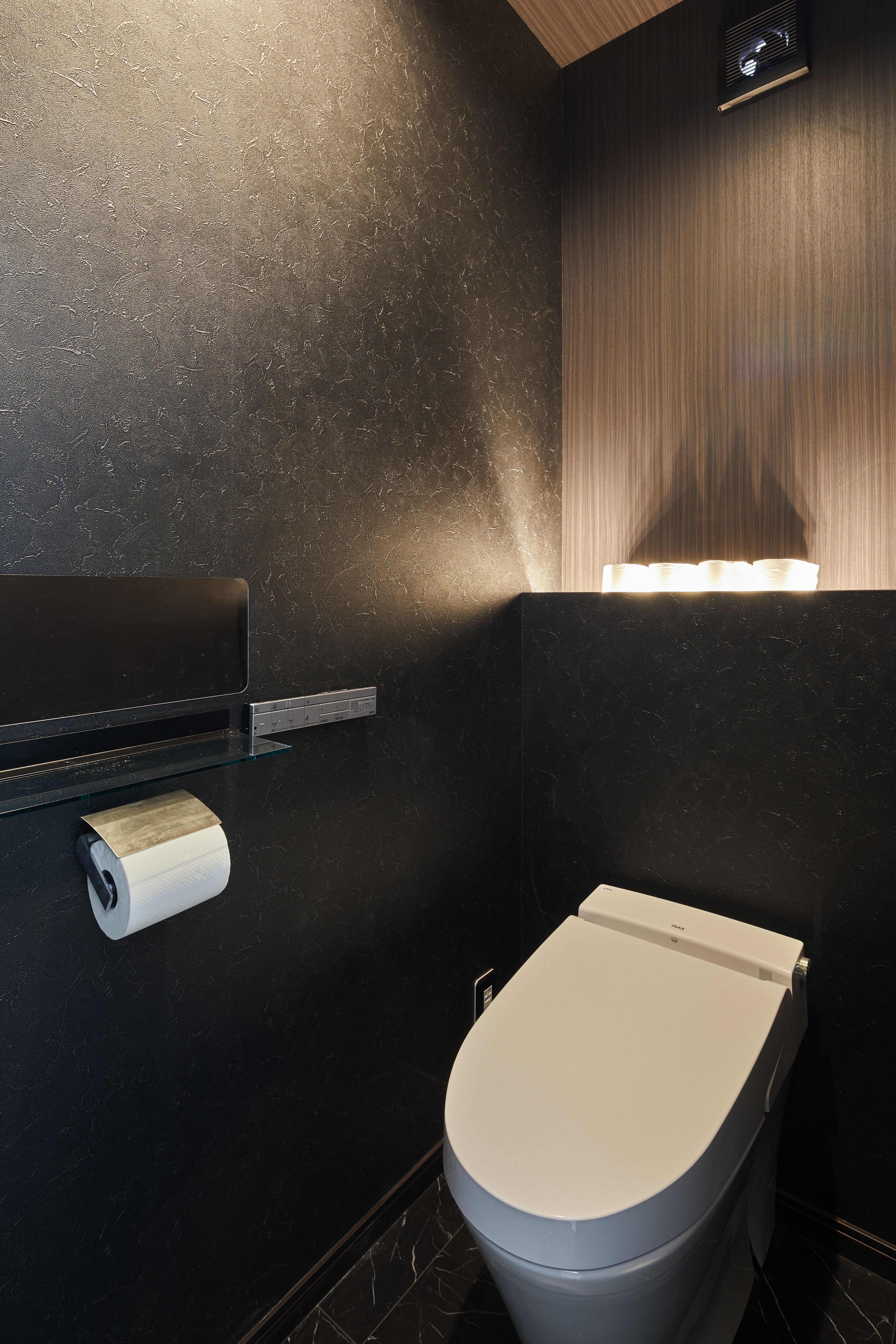 シックな色使いと間接照明が落ち着きを与える おしゃれなトイレ