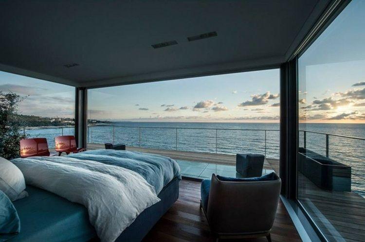Schlafzimmer des strandhauses mit blauer einrichtung und blick auf das meer maison pinterest - Wohnzimmer mediterraner stil ...