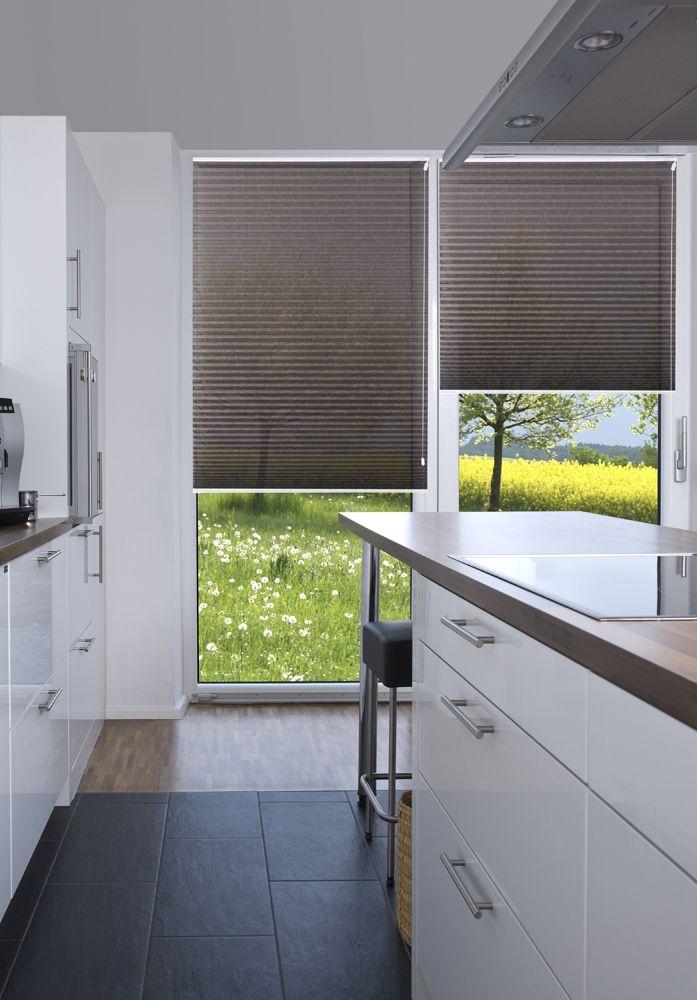 sensuna sichtschutz plissees auch f r die k che brown pleated blinds in the kitchen plissee. Black Bedroom Furniture Sets. Home Design Ideas
