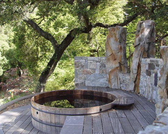 finnische badewanne rund terrasse integriert steinmauer VA - sitzplatz im garten mit steinmauer