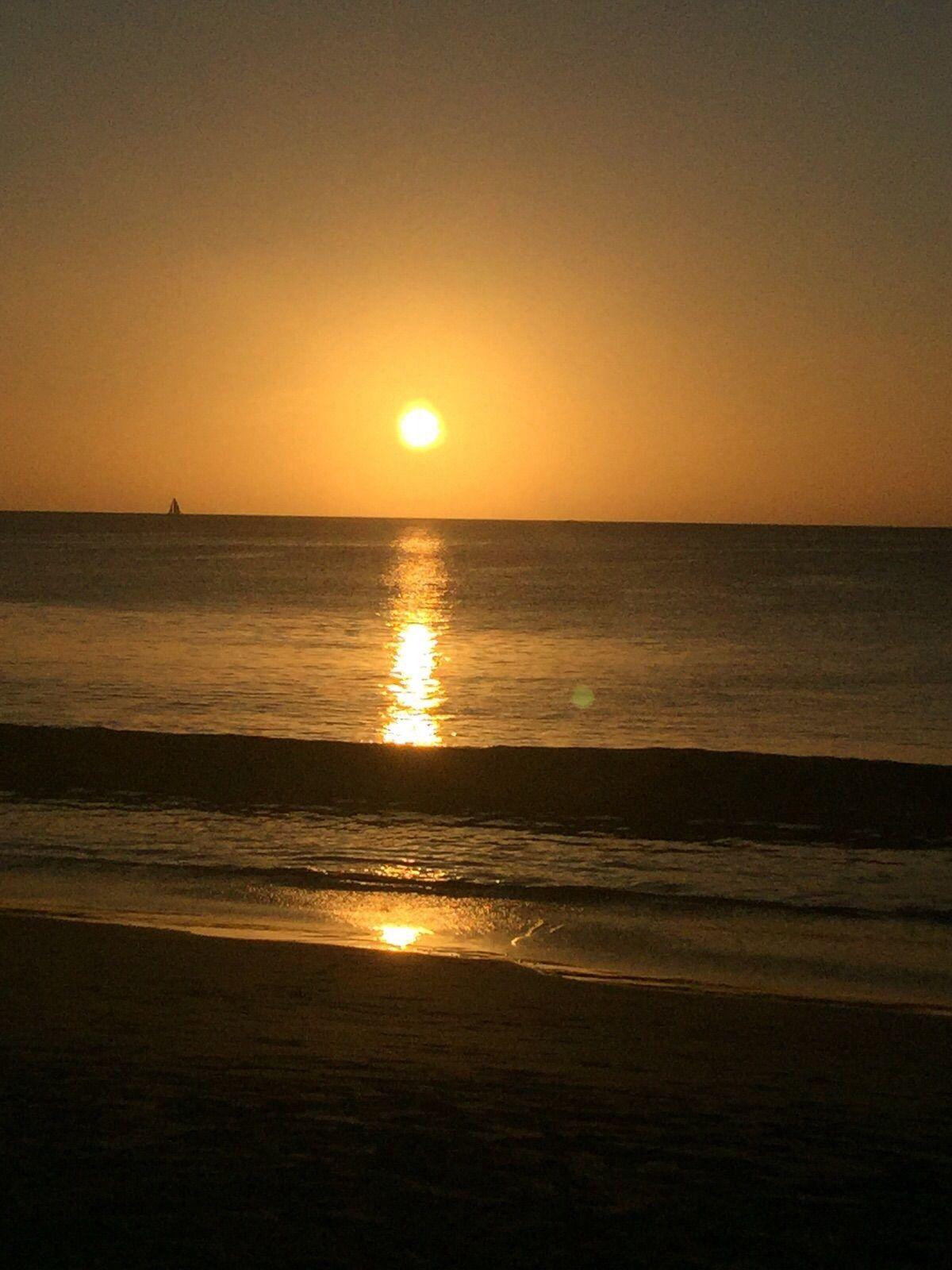 Qu bella puesta de sol en la playa puestas de sol for Puesta de sol