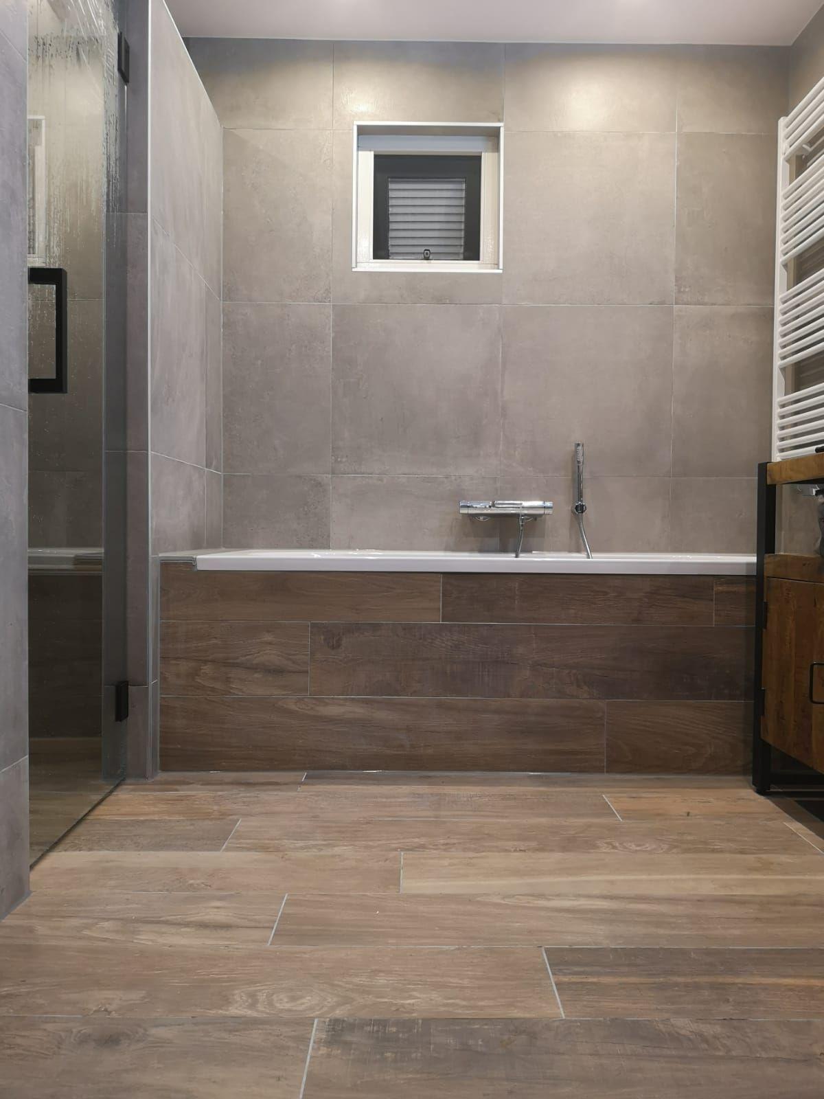 Bruine Vloertegels Badkamer.Keramisch Hout En Beton In De Badkamer Badkamer Badkamer
