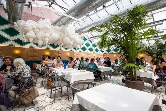 El Invernadero de Los Peñotes (Madrid). Perfecto para comer sin calor rodeado de plantas con un estilo tropical y desenfadado. Más info en www.madridcoolblog.com