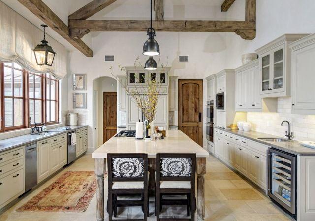Rustikal modern küche  Weiße rustikale Küche mit sichtbarer Holzbalkenkonstruktion an der ...