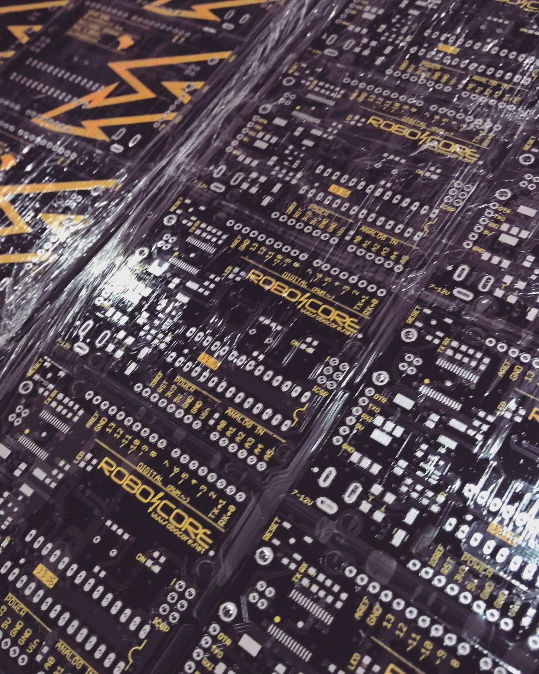 Chegaram novos painéis de BlackBoard para a produção de mais placas #robocore #arduino #openhardware #blackboard by robocore