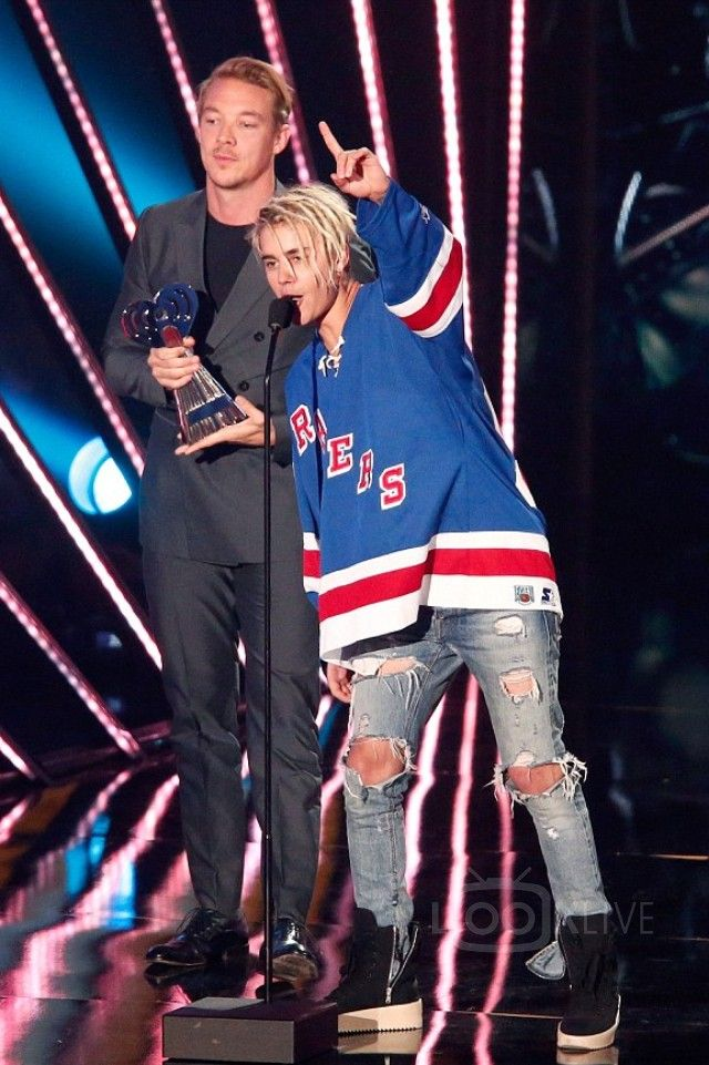 Justin Bieber - Accepting his Dance Song of the Year Award with ...