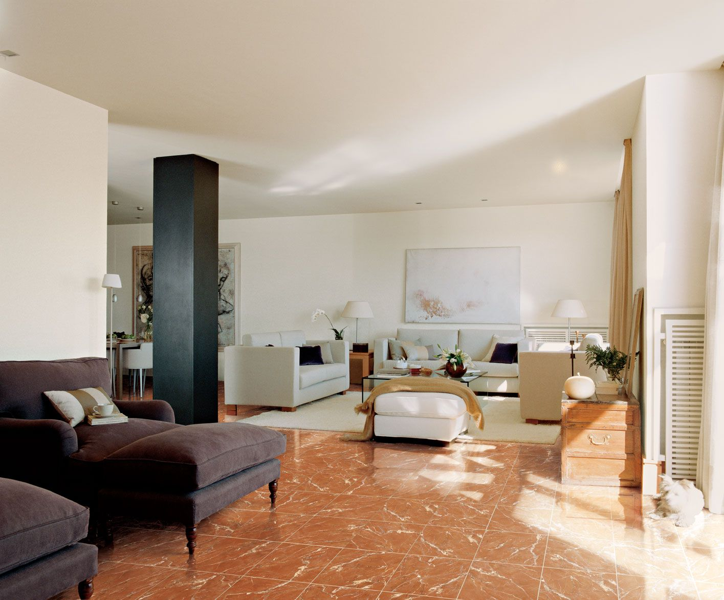 Sala con el suelo en m rmol rojo alicante decoraci n for Como desmanchar el marmol blanco
