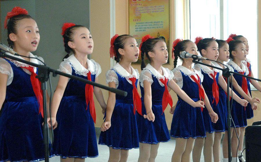 에짚트대사관 성원들 김성주소학교 참관-《조선의 오늘》