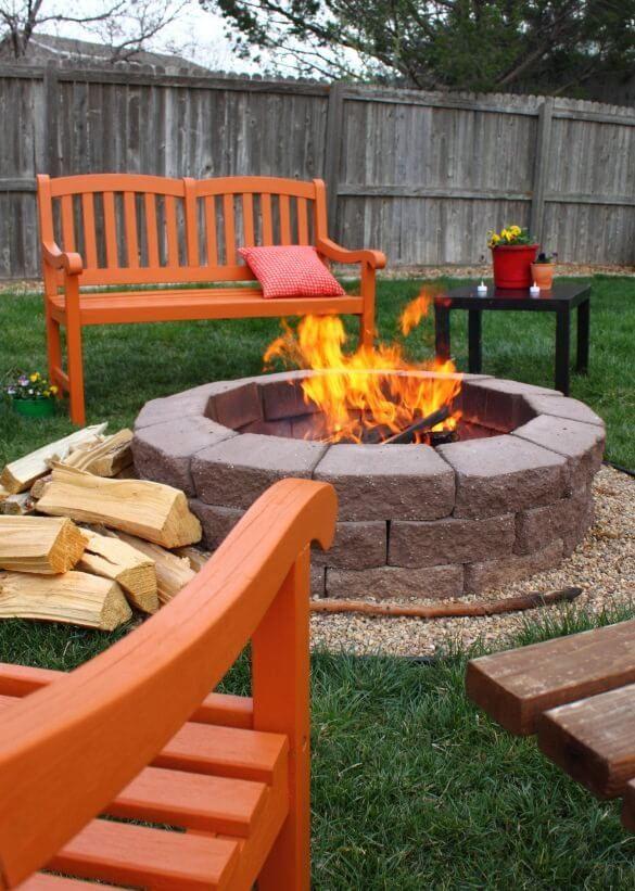 Runde Backstein Feuer Grube, umgeben von einer Reihe von kleinen
