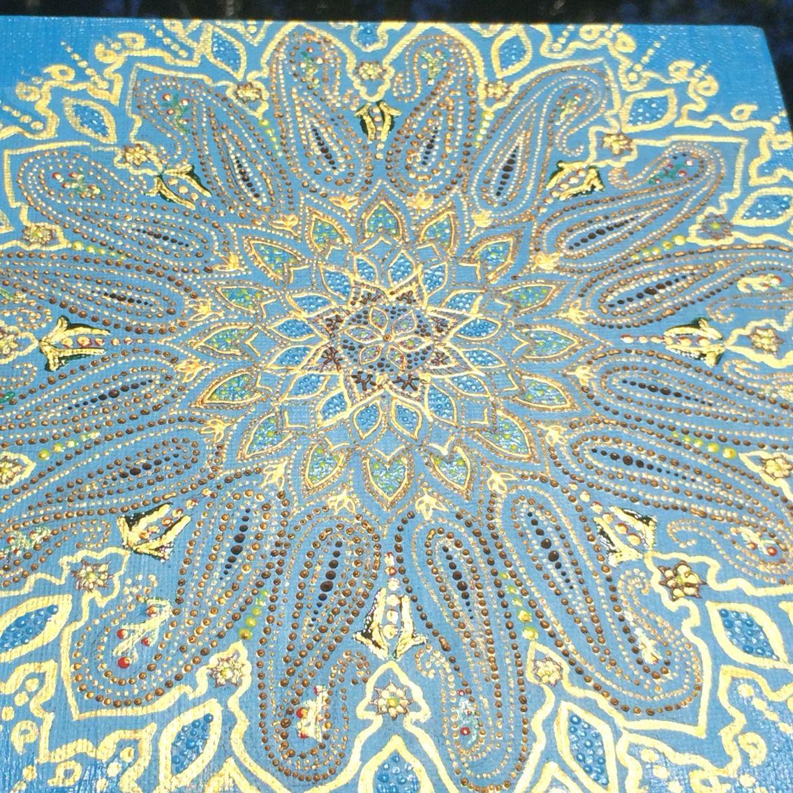 Восточная Мандала,с символикой пейсли(«огурцы»),символизирующие хобот Бога Ганеши.  Карл Юнг считал, что рисунок Мандалы представляет собой единство личности и всей Вселенной. Наличие Мандалы в доме способно привнести в нашу жизнь энергию целостности и единения… В восточной культуре самым сокровенным слогом является слог АУМ (ОМ). Этот слог в санскрите звучит как вибрация, которая считается звуком сотворения мироздания, звуком, который может привести человека к полной трансформации.
