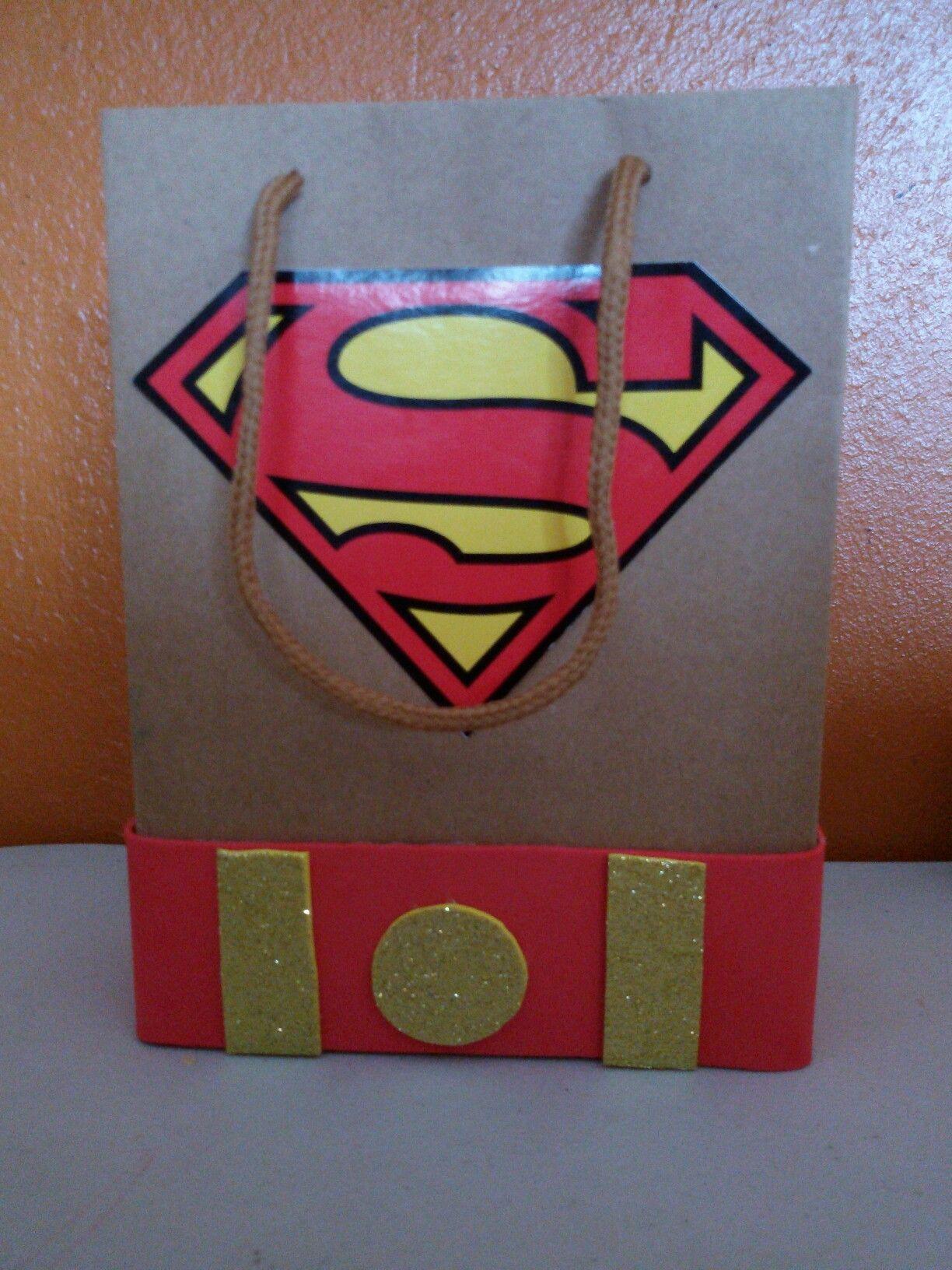 bolsita de Superman para fiestas infantiles.  lleva una caja de carton diceños hechos en fon con colores alegres y estiquer de superman o ha gusto de la persona.. espero les guste..