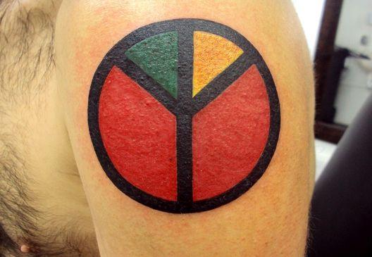 Tatuagem Símbolo Paz E Amor Reggae Colorida Braço