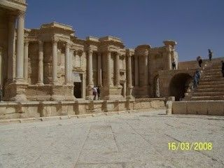 Palmyra #siria http://www.pacoyverotravels.com/2010/09/paseo-por-oriente-medio-2-parte-siria.html